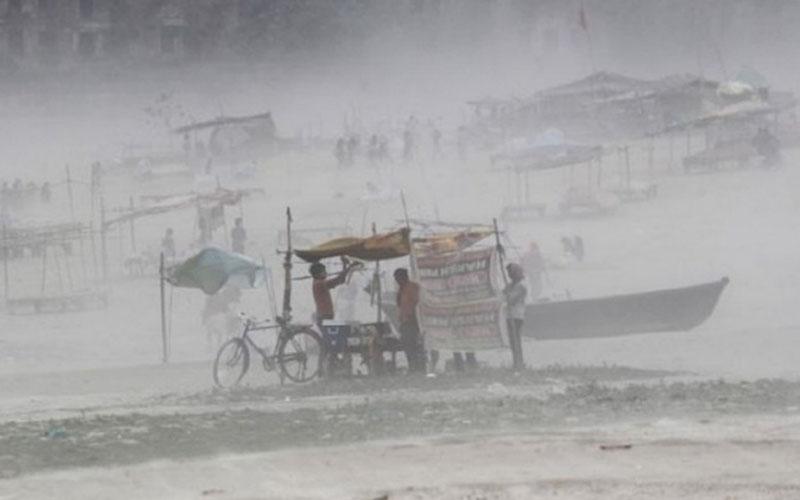 Badai menerjang Allahabad, India, pada Oktober 2017. - Antara/Reuters