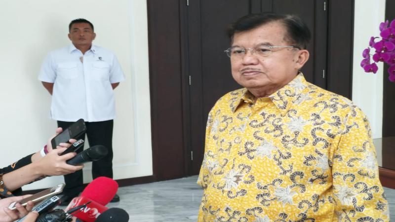 Jusuf Kalla, ketika masih menjabat Wakil Presiden, memberikan keterangan kepada awak media di Jakarta - Bisnis/Anggara Pernando