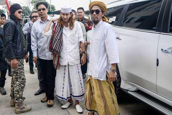 Habib Bahar bin Ali bin Smith (kedua kanan) tiba untuk menjalani pemeriksaan perdana di Direktorat Kriminal Umum Polda Jawa Barat, Bandung, Jawa Barat, Selasa (18/12/2018). - ANTARA/Raisan Al Farisi