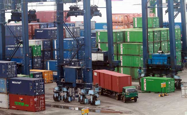 Aktivitas bongkar muat peti kemas di terminal peti kemas Pelabuhan Makassar, Sulawesi Selatan, Selasa (11/2/2020). Bisnis -  Paulus Tandi Bone