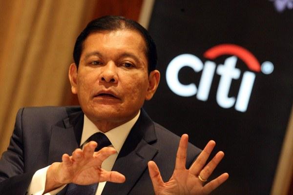 Chief Executive Officer Citibank, N.A. Indonesia Batara Sianturi memberikan penjelasan mengenai kinerja perusahaan, di Jakarta, Senin (6/11). - JIBI/Dedi Gunawan