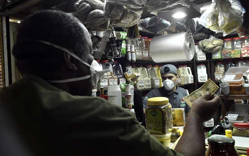 Pembeli mengunakan masker untuk mencegah penularan virus Covid-19 di pasar Caracas, ibu kota Venezuela./Bloomberg - Carlos Becerra