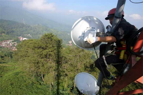 Petugas teknisi memeriksa perangkat jaringan BTS 4G di kawasan Puncak, Bogor, Jawa Barat, Rabu (14/6). - Antara/Yulius Satria Wijaya