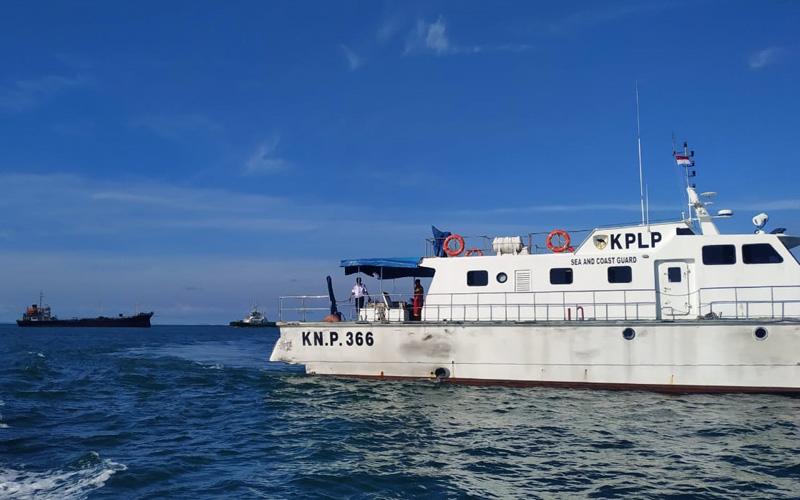 Kapal patroli KN.P.366 mengawal kapal tanker MT. Sea Rider yang baru saja lepas dari kandasnya, Selasa (19/5 - 2020). Dok.Istimewa