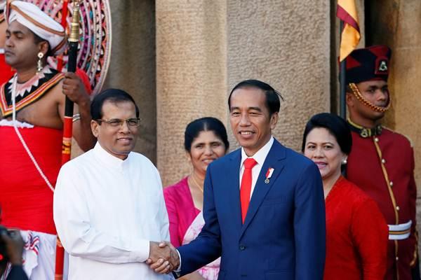 Presiden Joko Widodo (ketiga kanan) disambut Presiden Sri Lanka Maithripala Sirisena (kedua kiri), di Colombo, Sri Lanka , Rabu (24/01/2018). - REUTERS/Dinuka Liyanawatte