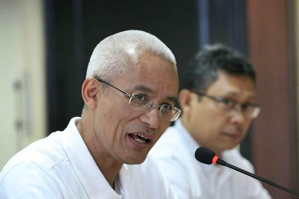 Direktur Utama PT Pos Indonesia Gilarsi Wahyu Setijono (kiri) memberikan penjelasan mengenai kinerja perusahaan saat berkunjung ke kantor redaksi Bisnis Indonesia di Jakarta, Rabu (10/1). - JIBI/Dedi Gunawan