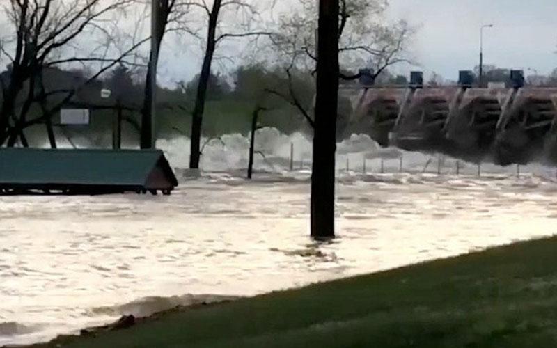 Salah satu dari dua bendungan yang jebol di Michigan, AS. - Weather.com