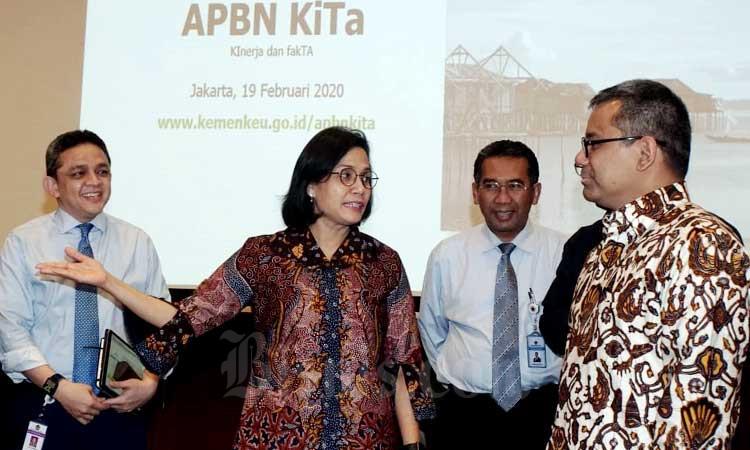 Menteri Keuangan Sri Mulyani Indrawati (kedua kiri) berbincang dengan Wakil Menteri Keuangan Suahasil Nazara (kanan), Direktur Jenderal Perbendaharaan Andin Hadiyanto (kedua kanan) dan Direktur Jenderal Pengelolaan Pembiayaan dan Risiko Luky Alfirman di sela-sela konferensi pers di Jakarta, Rabu (19/2/2020). Bisnis - Himawan L Nugraha