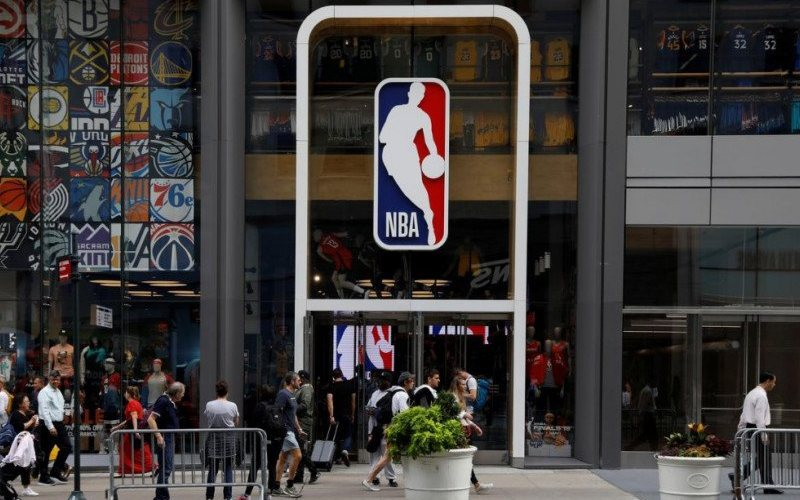 Foto dokumentasi 7 Oktober 2019 - Logo NBA di sebuah sudut kota New York, Amerika Serikat/Antara - REUTERS/Brendan McDermid