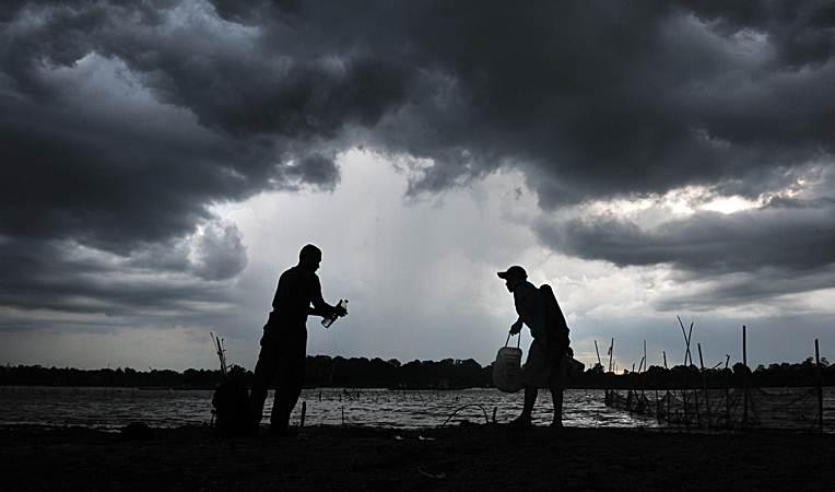 Warga beraktivitas di tepi Danau Teluk Kenali, Jambi, Minggu (24/3/2019). - ANTARA/Wahdi Septiawan