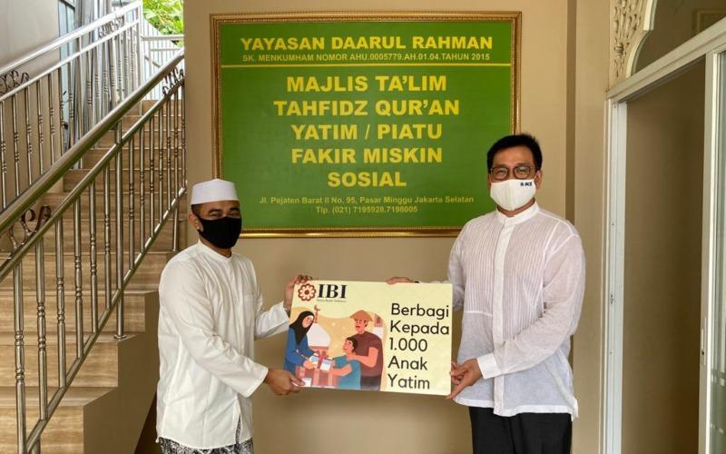 Pemberianbantuan dari Ikatan Bankir Indonesia (IBI) kepada pengurus Yayasan Daarul Rahman. Bantuan diberikan secara simbolis oleh Ketua Umum IBI Haryanto Tiara Budiman. - IBI