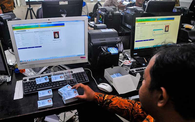 Petugas Dinas kependudukan dan Catatan Sipil mencetak Kartu Tanda Penduduk Elektronik di Kabupaten Bekasi, Jawa Barat, Kamis (6/2/2020). ANTARA FOTO -  Fakhri Hermansyah
