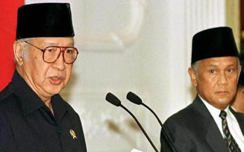 Presiden ke-2 RI Soeharto didampingi Wakil Presiden BJ Habibie saat menyatakan mundur dari jabatannya di istana Negara, Jakarta, Kamis 21 Mei 1998. - Istimewa