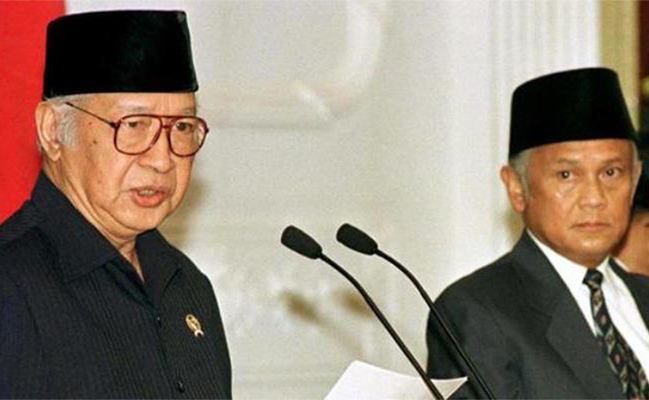 Presiden ke/2 RI Soeharto didampingi Wakil Presiden BJ Habibie menyatakan mundur dari jabatannya di istana Negara, Jakarta