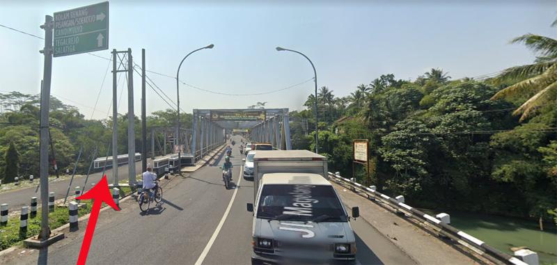 Pemulung memanfaatkan kolong pondasi jembatan (lihat panah) sungai Elo untuk tempat tinggal. Foto: modifikasi Google Maps