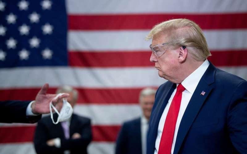 President Donald Trump saat berkunjung ke Honeywell International Inc. produsen masker N95 di Phoenix pada 5 Mei 2020. - Bloomberg/Brendan