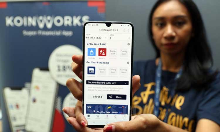 Karyawan menunjukan aplikasi KoinWorks saat meluncurkan KoinP2P di Jakarta, Kamis (20/2 - 2020).