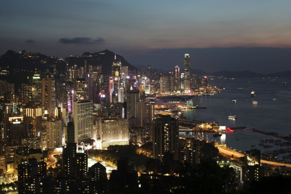Pemandangan Hong Kong pada malam hari. - Bloomberg/Brent Lewin