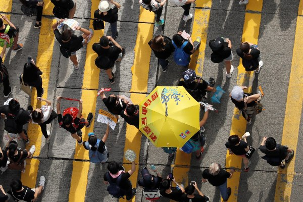 Pengunjuk rasa mengikuti aksi damai menuntut pemimpin eksekutif Hong Kong untuk mundur dan menarik RUU Ekstradisi di Hong Kong, China, Minggu (16/6/2019). - Reuters/Jorge Silva