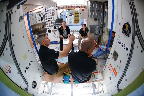 Sejumlah astronot NASA sedang melakukan pelatihan di dalam replika International Space Station (ISS) di Johnson Space Center, Houston, Texas, AS, Rabu (22/5/2019). - Reuters/Mike Blake