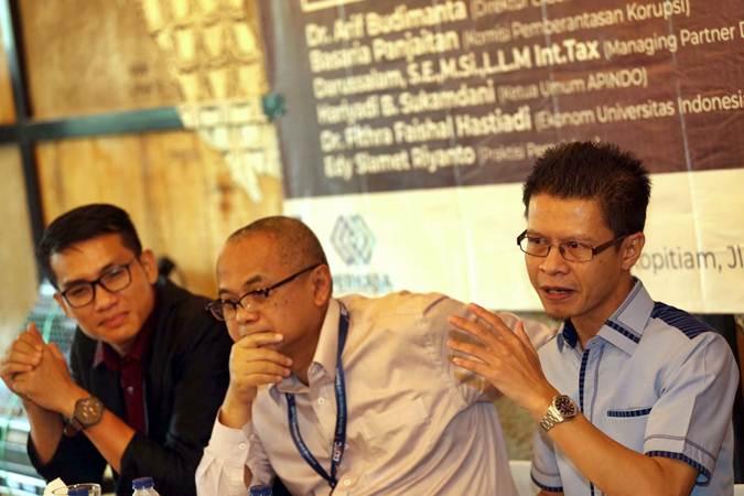 Ketua Himpunan Pengusaha Muda Indonesia (Hipmi) Tax Center Ajib Hamdani (dari kiri), Managing Partner Danny Darussalam Tax Center (DDTC), Darussalam dan Sekjen Pusat Edukasi dan Riset Perpajakan Indonesia (Perkasa) M Andrean Saefudin memberikan penjelasan pada diskusi bertema Urgensi Reformasi Pajak, di Jakarta, Kamis (4/4/2019). - Bisnis/Nurul Hidayat