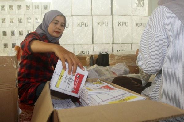 Anggota Panitia Pemilihan Kecamatan (PPK) Padang Barat memasukkan surat suara ke dalam kardus sebelum didistribusikan ke Tempat Pemungatan Suara (TPS) di Padang, Sumatra Barat, Selasa (9/4/2019). - ANTARA FOTO/MUhammad Arif Pribadi