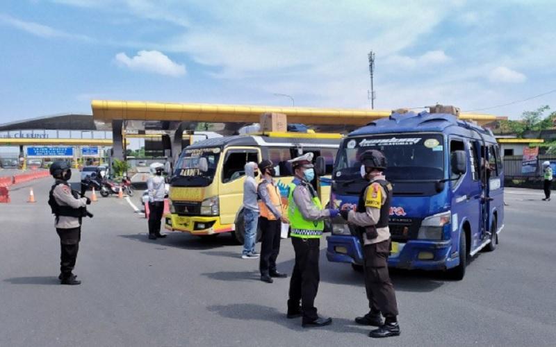 Sejumlah angkutan umum diberhentikan, kemudian diperiksa oleh petugas kepolisian di Gerbang Tol Cileunyi, Kabupaten Bandung, Jumat (22-5-2020).  - Antara
