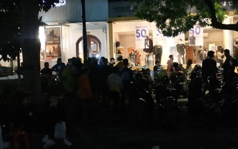 Warga berkerumun memadati pasar kaget di Kota Bandung - Bisnis/Dea Andriyawan