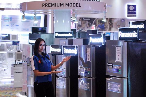 Model memperlihatkan produk Panasonic di sela-sela Dealers Gathering di Jakarta, Rabu (11/4/2018). - JIBI/Dwi Prasetya