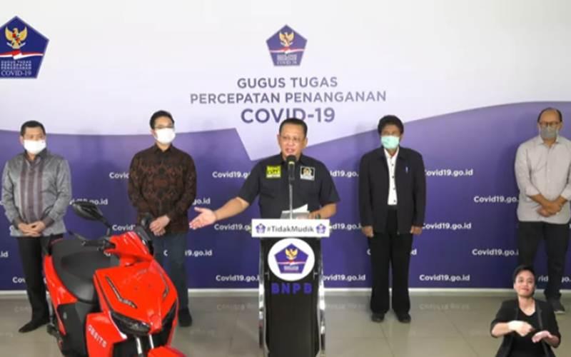 Ketua MPR Bambang Soesatyo menunjuk sepeda motor listrik bertanda tangan Presiden Jokowi yang dilelang dalam Konser Berbagai Kasih bersama Bimbo - Youtube/BNPB