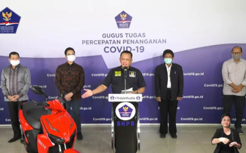 Ketua MPR Bambang Soesatyo (tengah) saat menyampaikan konferensi pers mengenai polemik pembeli motor hasil lelang konser BPIP, Jumat (22/5/2020). Anak taipan Hary Tanoesudibjo menjadi pembeli motor listrik bertanda tangan Presiden Joko Widodo tersebut. - youtube BNPB