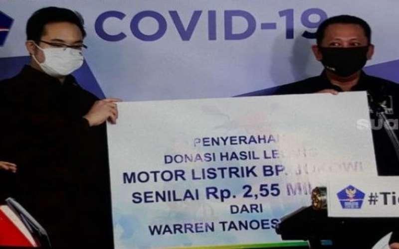 Warren Tanoesoedibyo (kiri) bersama Ketua MPR RI Bambang Soesatyo (kanan) saat seremoni menyerahkan motor lelang bertandatangan Presiden Joko Widodo, Jumat (22/5/2020). - Youtube