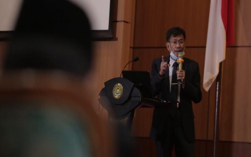 Anggota Tim Falakiyah Kementerian Agama Cecep Nurwendaya sedang memaparkan posisi hilal awal Syawal 1441H, Jumat (22/5/2020). - Kemenag