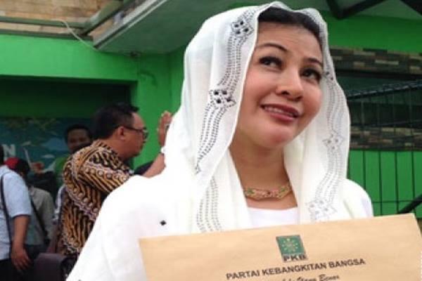 Hasnaeni si Wanita Emas mengambil formulir pendaftaran calon gubernur DKI Jakarta di DPW PKB Jakarta - Antara