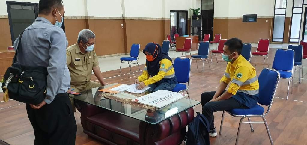 Petugas Satgas Bencana Nasional BUMN menyalurkan bantuan senilai Rp3,892 miliar dalam rangka mendukung penanganan COVID/19.
