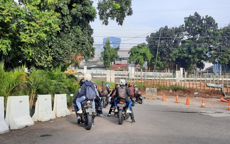 Pengendara sepeda motor diduga hendak mudik beristirahat sejenak di SPBU Tanjung Barat, di jalan Raya Tanjung Barat, Jakarta Selatan, Sabtu (23/5/2020). - ANTARA/Laily Rahmawaty