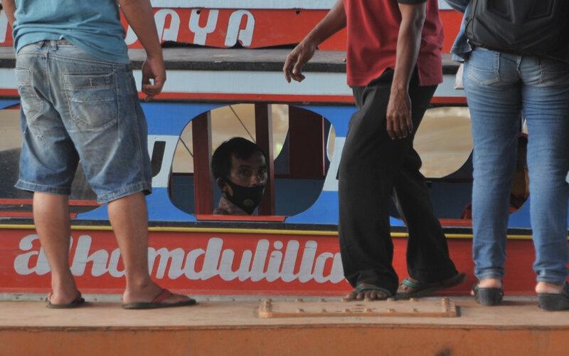Penumpang kapal kayu menunggu kapal berangkat di Dermaga 16 Ilir Palembang, Sumatera Selatan, Rabu (20/5/2020). Untuk mencegah penyebaran corona tim gugus tugas penanggulangan Covid-19 melakukan sosialisasi pada pengendara kapal kayu dan memeriksa kesehatan pengendara dan penumpang yang akan berangkat ke daerah sebagai bentuk antisipasi arus pemudik dari jalur sungai. - Antara/Feny Selly