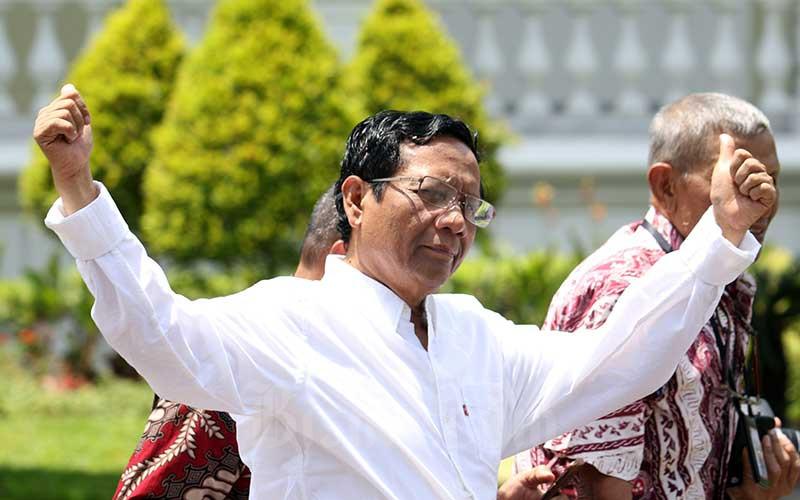 Anggota Dewan Pengarah Badan Pembinaan Ideologi Pancasila (BPIP) Mahfud MD melambaikan tangannya saat berjalan memasuki Kompleks Istana Kepresidenan, Jakarta, Senin (21/10/2019). Menurut rencana Presiden Joko Widodo akan memperkenalkan jajaran kabinet barunya kepada publik hari ini usai dilantik Minggu (20/10/2019) kemarin untuk masa jabatan keduanya periode tahun 2019-2024 bersama Wapres Ma'ruf Amin.  Bisnis - Abdullah Azzam