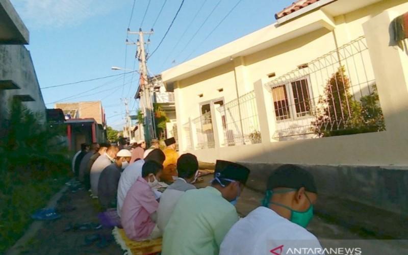 Sejumlah warga Salat Id di sekitar masjid Perumahan Malayu Selaras, Kabupaten Garut, Jawa Barat - Antara