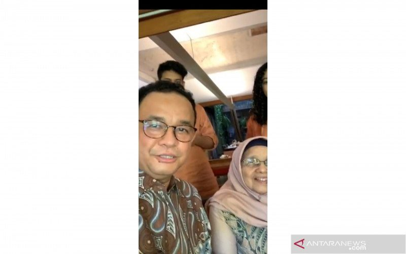 Gubernur DKI Jakarta Anies Baswedan melakukan siaran langsung di instagramnya aniesbaswedan untuk menunjukan silaturahmi virtual bersama keluarga besarnya, Minggu (24/5/2020).  - Antara