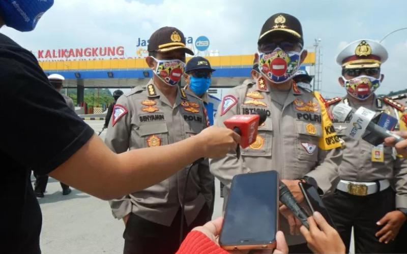 Kakorlantas Polri Irjen Pol Istiono (tengah) didampingi Kabag Ops Korlantas Polri Kombes Pol Benyamin (kiri) memberikan keterangan pers di gerbang Tol Kalikangkung, Semarang, Jawa Tengah, Minggu (3/5 - 2020). / ANTARA
