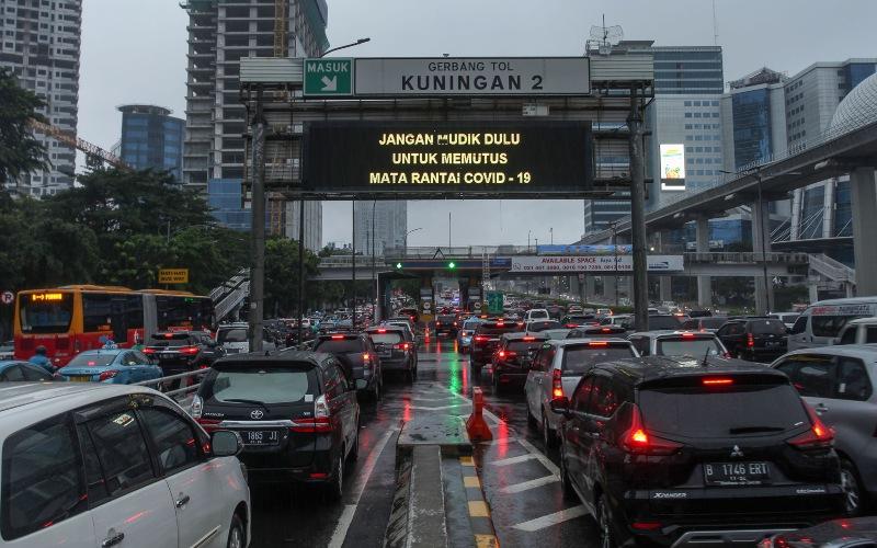 Sejumlah pengendara kendaraan bermotor mengalami kemacetan lalu lintas di Tol Dalam Kota, Kuningan, Jakarta, Senin (18/5/2020). Meski masa pembatasan sosial berskala besar (PSBB) masih berlangsung, kemacetan lalu lintas masih terjadi di ibu kota. - ANTARA FOTO/Rifki N
