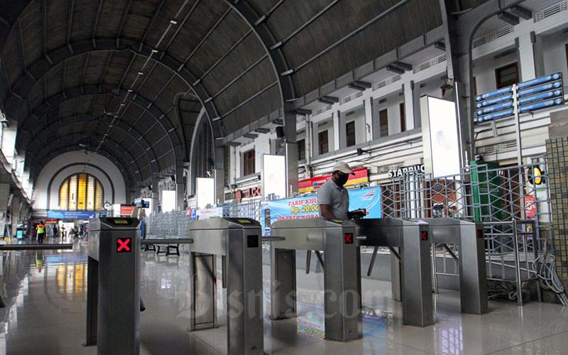 Suasana Stasiun Kota yang sepi dari penumpang di Jakarta, Jumat (10/4/2020). PT Kereta Commuter Indonesia (KCI) akan menyesuaikan operasional kereta rel listrik (KRL) Jabodetabek sejalan dengan kebijakan pembatasan sosial berskala besar (PSBB) yang sudah ditetapkan oleh pemerintah pusat. Sesuai aturan PSBB, maka operasional KRL di pemerintah provinsi DKI Jakarta. Bisnis - Dedi Gunawan