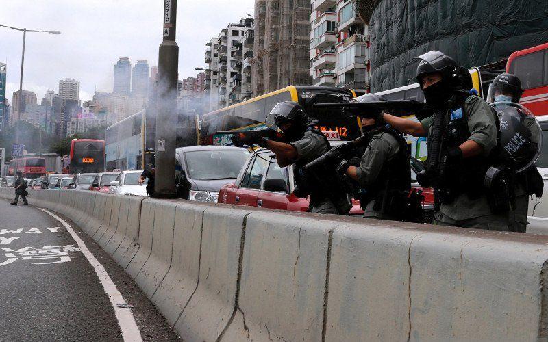Polisi antihuru-hara menggunakan peluru karet untuk membubarkan aksi menentang rencana Beijing menerapkan undang-undang keamanan nasional di Hong Kong, China, Minggu (24/5/2020)/Antara Foto/Reuters-Tyrone Siu - foc.