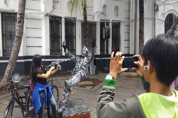 Ilustrasi - Objek wisata Kota Tua di Jakarta Barat dibanjiri pengunjung saat libur Lebaran, Senin (26/6/2017). - Bisnis.com/Veronika Yasinta