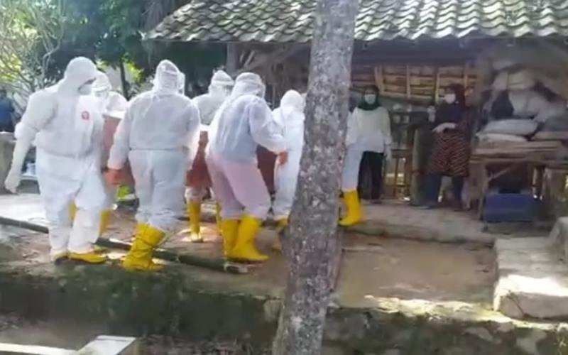 Prosesi pemakaman pasien positif COVID-19 di Bandarlampung, Ahad, (24/5/2020). - Antara