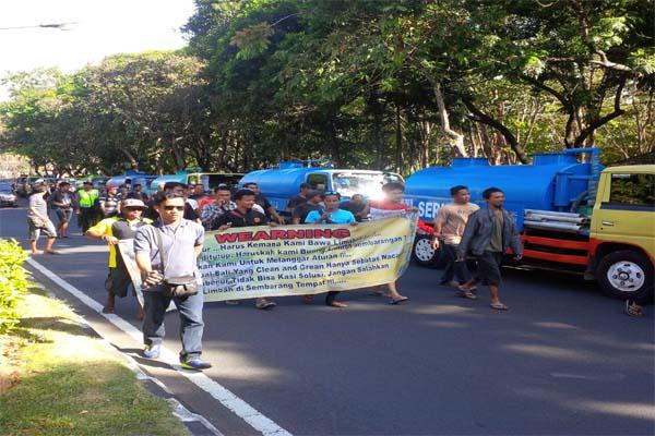 Puluhan sopir truk jasa kuras limbah berdemo menuntut dibukanya kembali lokasi pembuangan limbah cair di Instalasi Pengolahan Air Limbah Suwung, Denpasar/Feri Kristianto - yus