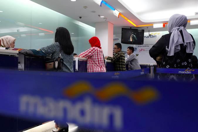 Nasabah melakukan transaksi di salah satu cabang Bank Mandiri di Jakarta, Jumat (31/5/2019). - Bisnis/Abdullah Azzam