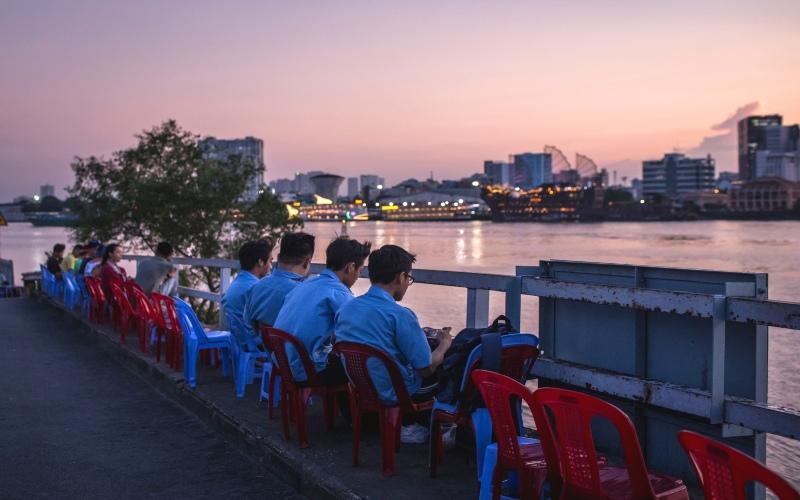 Muda mudi menikmati pemandangan sore hari di pinggir sebuah sungai Vietnam. Bloomberg