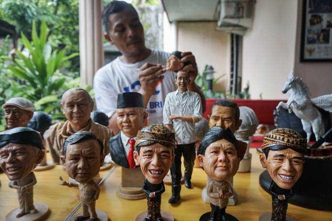 Perajin menyelesaikan pembuatan kerajinan mini figur tokoh berbahan resin dan fiberglas, di Jajar, Laweyan, Solo, Jawa Tengah, Kamis (28/2/2019). - ANTARA/Mohammad Ayudha